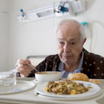 09 dicas para cuidar de pacientes com Alzheimer nas  refeições